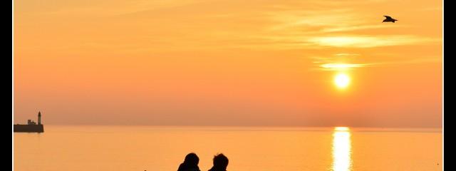 Coucher de soleil romantique au bord de l'eau